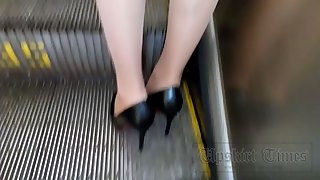Ut_3346# This video will please fans of stockings. This stylish girl in green was with a bag that wa